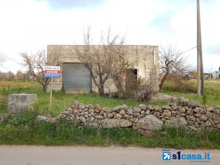 Galatone, agricultural land with ruin